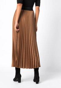 HALLHUBER - MIT KONTRASTBUND - A-line skirt - caramel - 1