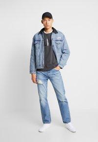 Levi's® - RELAXED GRAPHIC CREWNECK - Sweatshirt - serif holiday forged iron - 1