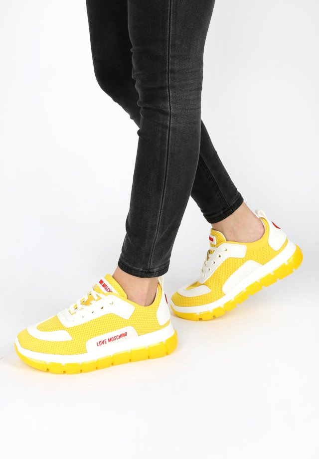 SNEAKER LOVE MOSCHINO HERZ - Trainers - yellow