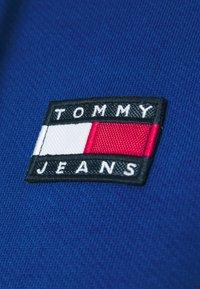 Tommy Jeans - BADGE HOODIE - Bluza z kapturem - providence blue - 6
