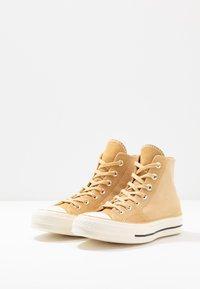Converse - CHUCK TAYLOR ALL STAR 70 - Höga sneakers - pale wheat/egret/black - 2