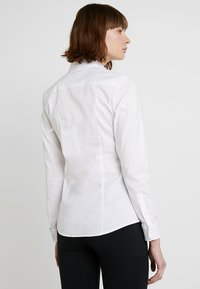 Tommy Hilfiger - HERITAGE SLIM FIT - Button-down blouse - classic white - 2