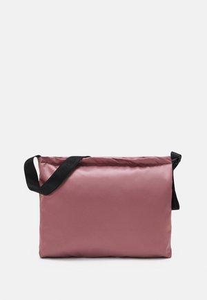BLYERT - Across body bag - powder pink