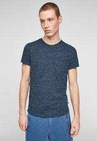 QS by s.Oliver - Basic T-shirt - blue melange - 0