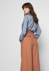 IVY & OAK - SUPER FLARED PANTS MAXI - Spodnie materiałowe - rose tan - 3