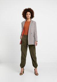 Miss Selfridge - TROUSER - Trousers - khaki - 1