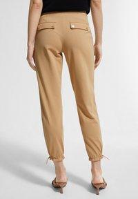 comma - MIT TUNNELZUG - Trousers - sahara - 2
