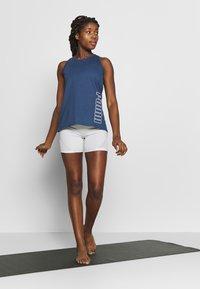 Puma - PUMA TWIST IT WOMEN'S TRAINING TANK TOP FRAUEN - Camiseta de deporte - dark denim - 1