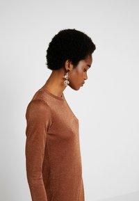 EDITED - GABRIELLA DRESS - Vestido de punto - braun - 4