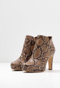 Tamaris - Kotníková obuv na vysokém podpatku - nut - 4