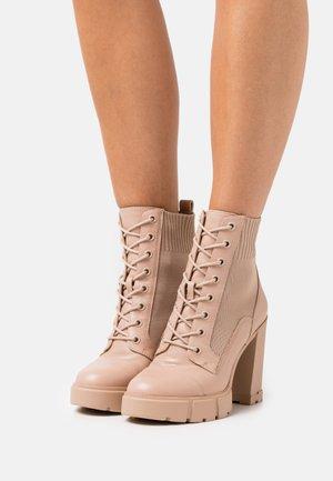 REBEL - Šněrovací kotníkové boty - bone