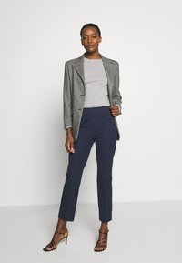 pure cashmere - CLASSIC CREW NECK COLOR BLOCK - Svetr - light grey/yellow - 1