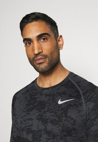 Nike Performance - T-shirt de sport - iron grey/white - 3