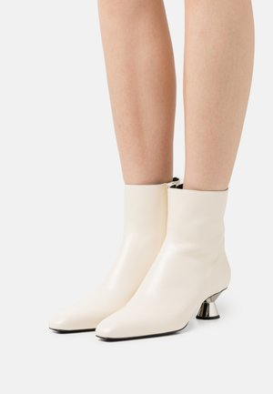 VASE BOOTS - Classic ankle boots - natural