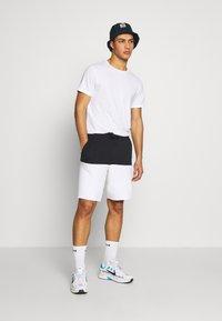 Nike Sportswear - ALUMNI - Shorts - black/white - 1