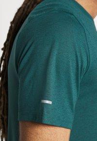 Nike Performance - RUNNING DIVISION MILER - Printtipaita - dark teal green - 3