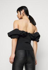 Missguided Petite - RUFFLE NECK BARDOT - Print T-shirt - black - 2