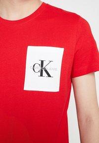 Calvin Klein Jeans - MONOGRAM POCKET SLIM TEE - Triko spotiskem - red - 5