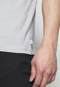 J.LINDEBERG - SILO - Basic T-shirt - stone grey - 5