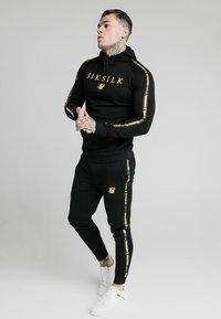 SIKSILK - PRESTIGE - Jersey con capucha - black/gold - 1