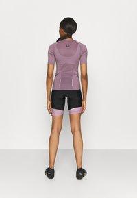 ONLY Play - ONPPERFORMANCE BIKE - T-Shirt print - elderberry - 2