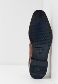 Bugatti - MANSUETO - Eleganckie buty - cognac - 4