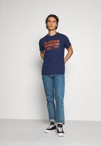 G-Star - WAVY LOGO ORIGINALS ROUND SHORT SLEEVE - Print T-shirt - compact peach/imperial blue - 1