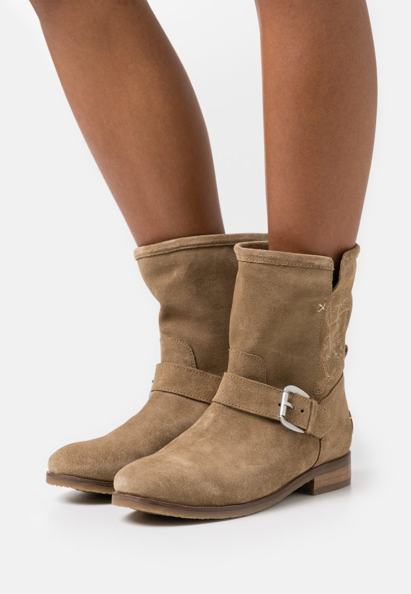 Musse & Cloud - MARTIN - Classic ankle boots - sand