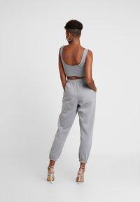 Missguided - SCOOP NECK BRALET JOGGER SET - Pantalon de survêtement - grey - 2