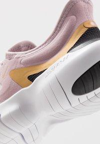 Nike Performance - FREE RN 5.0 - Minimalist running shoes - plum chalk/metallic gold/platinum violet - 5