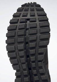 Reebok Classic - ZIG KINETICA EDGE SHOES - Trainers - black - 8