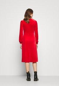 Monki - LOUISA DRESS - Vestido de cóctel - red - 2