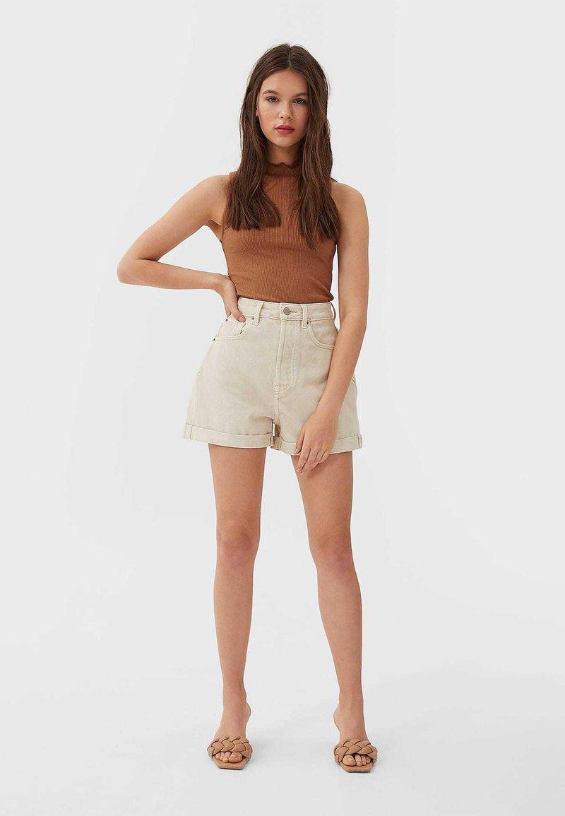 Stradivarius - 01352770 - Shorts - beige