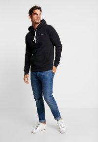 Hollister Co. - CORE ICON - Jersey con capucha - black - 1