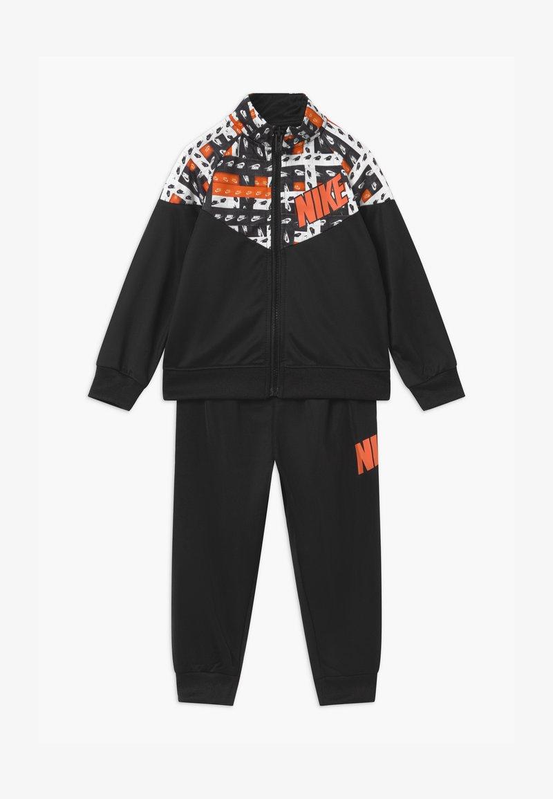 Nike Sportswear - HACKED VARSITY SET UNISEX - Tracksuit - black