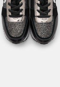 KARL LAGERFELD - VELOCITA IKONIC METEOR - Sneakersy niskie - black/silver - 4