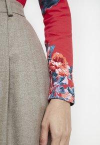 Tom Joule - HARBOUR PRINT - Topper langermet - red floral - 5