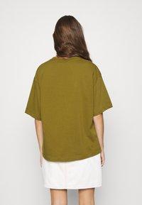 Nike Sportswear - T-shirt imprimé - olive flak/volt - 2