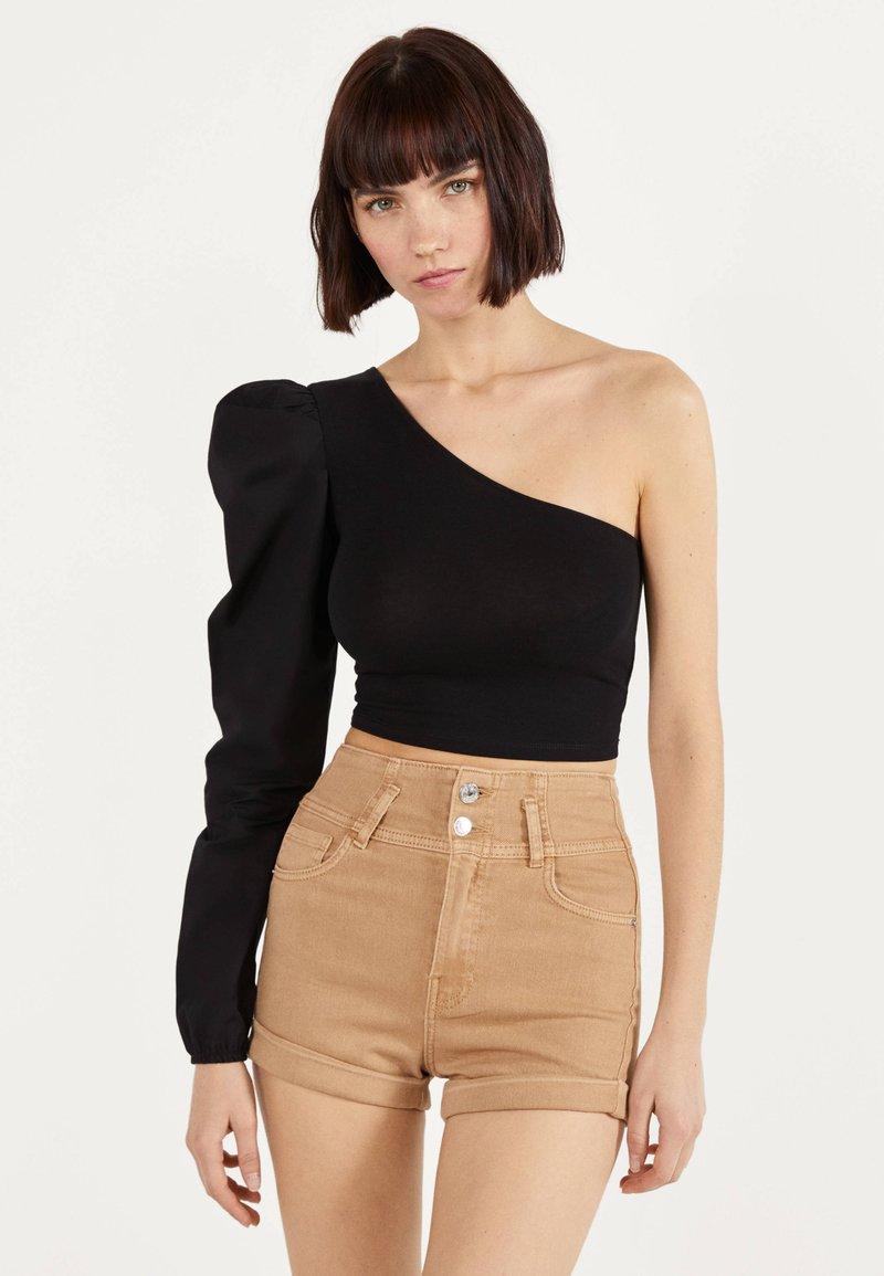 Bershka - UND UMGESCHLAGENEM SAUM  - Denim shorts - brown