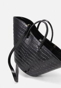 Little Liffner - OPEN TULIP MEDIUM - Handbag - black - 4