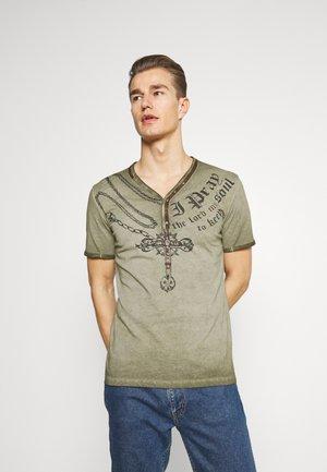 LEGACY BUTTON - Print T-shirt - military green