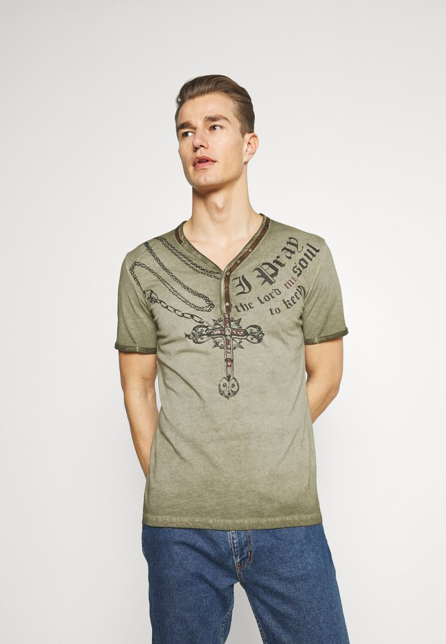 LEGACY BUTTON - T-shirts med print - military green