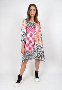 Grace - ORNAMENTS PATCH - Day dress - orange/pink/black - 0