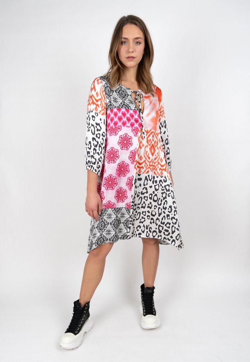 Grace - ORNAMENTS PATCH - Day dress - orange/pink/black