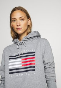 Tommy Hilfiger - REGULAR FLAG HOODIE  - Sweat à capuche - light grey heather - 4