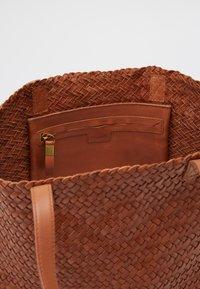 Madewell - MEDIUM TRANSPORT WOVEN - Handbag - burnished caramel - 2