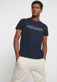 Tommy Hilfiger - ESSENTIAL TEE - Print T-shirt - blue - 2