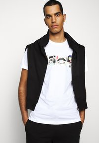 PS Paul Smith - MENS SLIM FIT SASQUATCH - T-shirt con stampa - white - 3