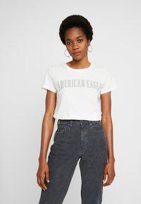 American Eagle - CLASSIC TEE - T-shirts med print - cream - 0