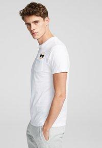 KARL LAGERFELD - Print T-shirt - white - 3
